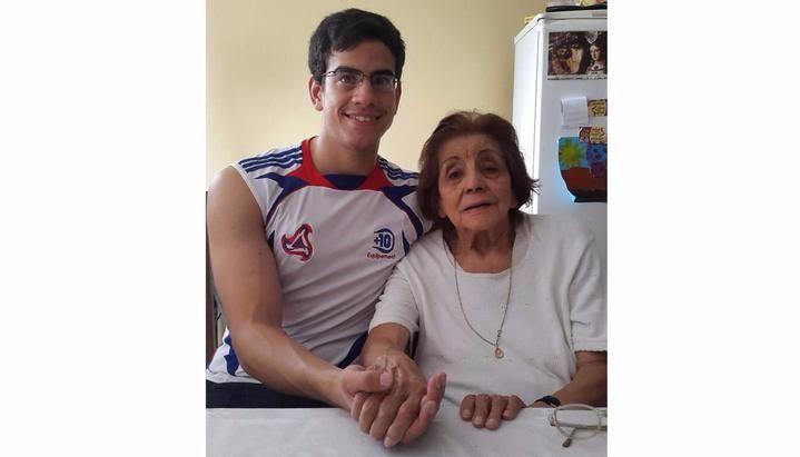 Joven argentino exige que le paguen la pensión de su tía abuela