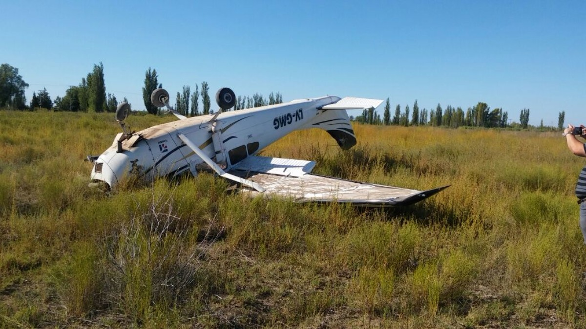 Aterriza de emergencia avioneta en Mina