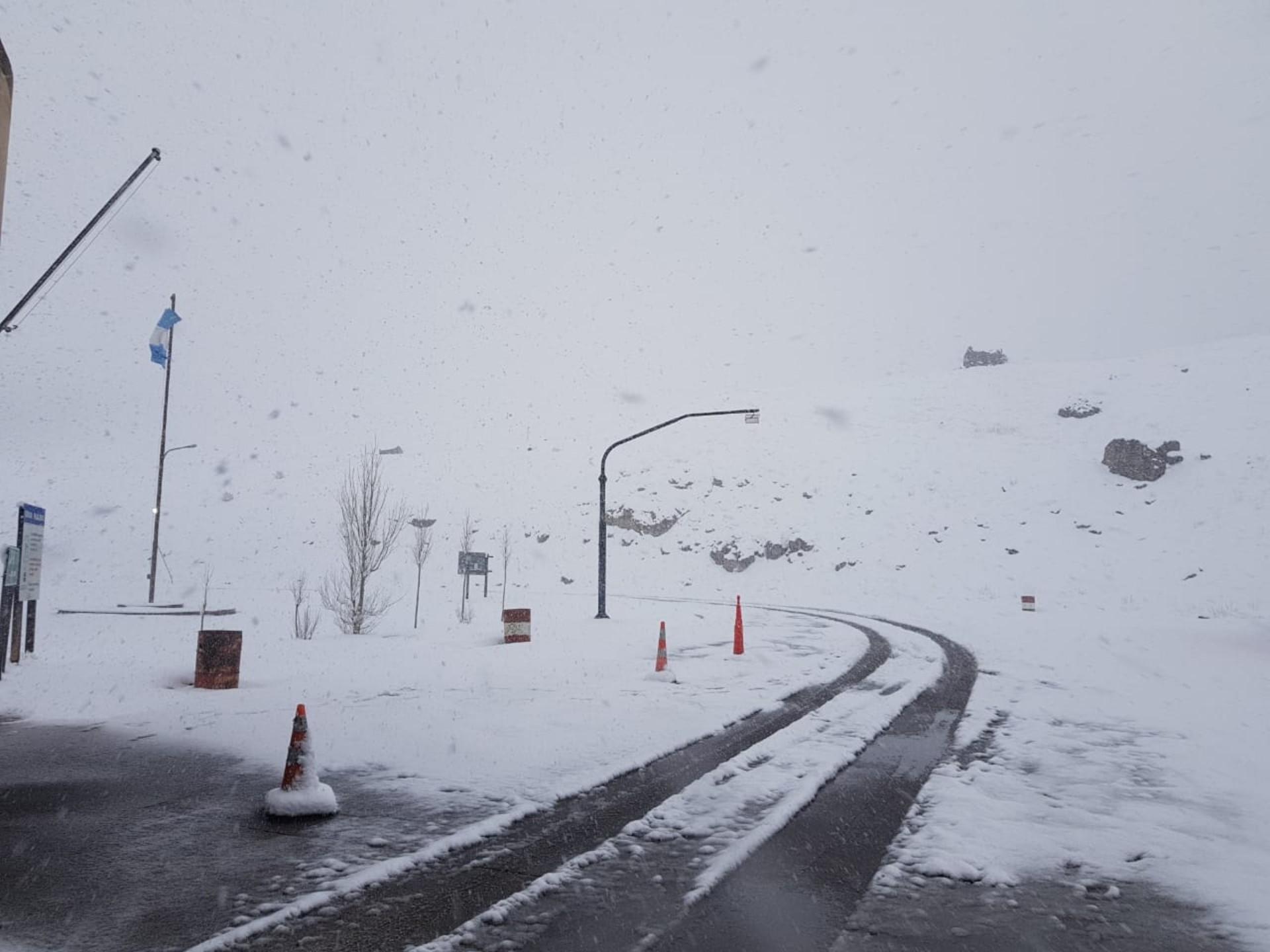 Por las intensas nevadas, sigue cerrado el paso a Chile