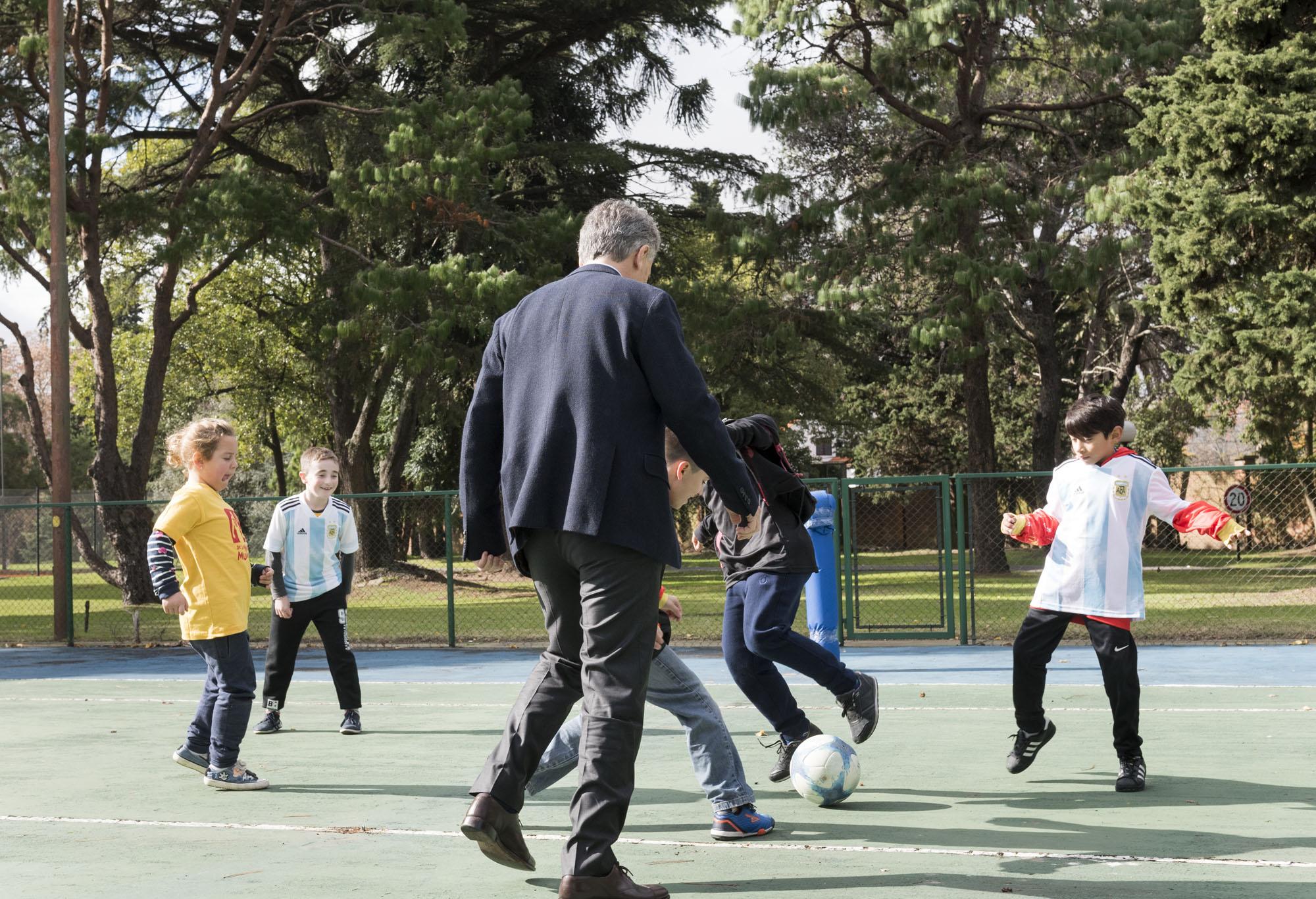 El pelotazo que casi deja fuera de juego al Presidente Mauricio Macri
